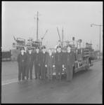 10649 Het bestuur van het College van Vrijwillige Brandmeesters der Rotterdamse brandweer staat voor de Ahrens Fox A6