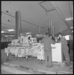 10656-2 Productiemachines in het gebouw van de Nederlandse Melkunie (NMU) in de Keenstraat.