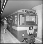 10658-2 Een metrobestuurder proeft hapjes aangeboden door een 'kaasmeisje' van het Nederlands Zuivel Bureau.