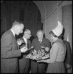 10658-3 Genodigden proeven hapjes aangeboden door een 'kaasmeisje' van het Nederlands Zuivel Bureau.