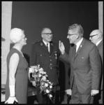 10728-1 Burgemeester W. Thomassen (2e van rechts) bezoekt de jubileumreceptie van president-hoofdman J.J. Oster jr. (in ...