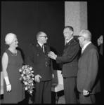 10728-2 President-hoofdman van de Rotterdamse Vrijwillige Brandweer J.J. Oster (2e van links) ontvangt van ir. R. ...
