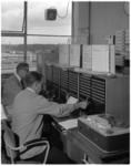 10857 Bemande alarmcentrale van de Brandweer met verbindingsapparatuur en spoelenrecorder.