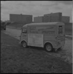 10860 Reclame-auto van Bouter en Verhoeff op de Prinsenlaan bij de Boszoom; op de achtergrond het talud van rijksweg ...