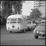 10868-1 Caravan achter personenauto.