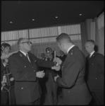 10954 President-hoofdman J.J. Oster jr. (links) reikt in het Rijnhotel onderscheidingen uit tijdens de viering van het ...