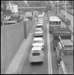 11068 File-overzicht vanaf Drooglever Fortuynplein richting auto-ingang van de Maastunnel naast de Euromast.