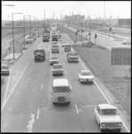 11082 Personenbusjes rijden op de Vondelingenweg, richting Rotterdam; met op de achtergrond de Shell-raffinaderij.