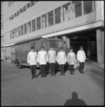 11104-2 Volledig uitrukteam van de brandweer: 6 mannen poseren voor een tankautospuit.
