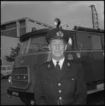 11170 Adjunct-hoofdman F.J. v.d. Broek poseert voor een tankautospuit.