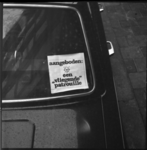 11257 Papier achter autovoorruit met tekst 'aangeboden: een vliegende patrouille', als protest tegen de reorganisatie ...