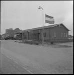 11425-1 Exterieur van de nieuwe brandweerkazerne aan de Gemeentewerf (Berkel en Rodenrijs); met wapperende Nederlandse vlag.