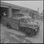11425-2 Brandweerauto's onder de geopende garagedeuren van de nieuwe brandweerkazerne aan de Gemeentewerf (Berkel en ...