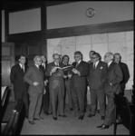11487 Afscheid hoofdlieden van de brandweer in het stadhuis. Burgemeester W. Thomassen en president-hoofdman J.J. Oster ...