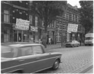 11933 Door wijkbewoners opgehangen spandoeken in de Rosestraat waarschuwen automobilisten voor overstekende kinderen.
