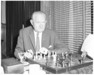 11954 Piet van de Pol speelt een partijtje schaak.
