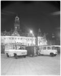11958 Op het Stadhuisplein staan drie brandweerauto's die met verschillende soorten reflecterende verf zijn bedekt.