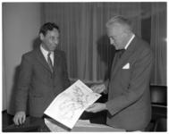 12142 Commissaris van de koningin mr. J. Klaasesz krijgt een Groot Rijnmonds Ganzebord aangeboden door de voorzitter ...