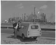 12334 Nieuwe testauto voor Meldkamer Luchtverontreiniging en Geluidshinder Rijnmond. Op de achtergrond petrochemische ...