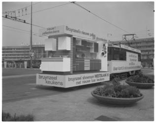 12411 Reclametram voor Bruynzeel-keukens op Stationsplein. Op de achtergrond het Centraal Station Rotterdam.