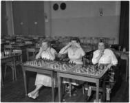1769-1 Nederlandse kampioenschappen schaken voor dames in Kunstmin in Dordrecht met drie deelneemsters waaronder ...