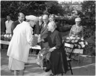 1808-3 Bezoek koningin Juliana aan bewoonster van bejaardentehuis in de Oostervantstraat.