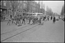 20011-27-2 Schoonmaakwedstrijd 'Opgeruimd Staat Netjes' tussen leerlingen Professor Kohnstammschool (Nachtegaalplein) ...