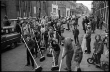 20011-74-19 Schoonmaakwedstrijd voor de jeugd georganiseerd door de vijf jeugd- en buurthuizen in Crooswijk.