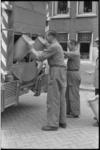 20013-3-29 Vuilnismannen van de ROTEB legen ijzeren vuilnisemmers in de vuilniswagen.