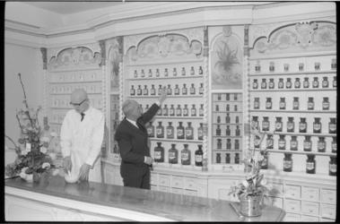 20020-75-24 Interieur ouderwetse apotheek (1812) uit Heusden NB. verhuist naar apotheker H. W. Timmers (foto) in Ridderkerk.