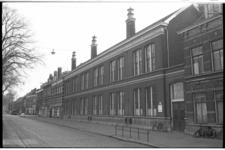 20020-80-9 School tegenover de Wilhelminakerk in Feijenoord.