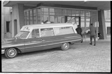 20027-45-29 Een patient wordt per ambulance naar het Dijkzigt Ziekenhuis gebracht.