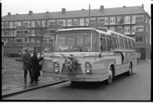 20032-53-0-2L Gratis Schiebroekse Autobusdienst door Schiebroek voor bejaarden, een initiatief van Aad Warby als ...