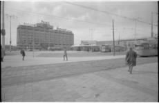 20657-6-21 Het Stationsplein met een nieuw busstation, het Groothandelsgebouw en het Centraal Station.