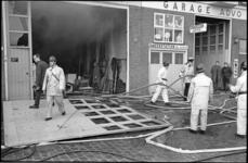20889-7-16 Het blussen van een korte, felle brand in een loods van Neometaal aan de Coolhaven. Rechts garagebedrijf Advo.