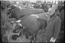 20895-3-30 Wethouder J. Worst (met bril) opent de 98ste Paasveetentoonstelling op het veemarktterrein aan de Boezemweg ...