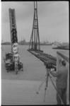 20895-6-21 Mannen poseren op een ladderwagen voor fotograaf Ary Groeneveld op een haventerrein aan de Nieuwe Maas.