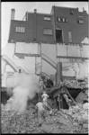 20899-7-39 De brandweer in actie op de puinhopen van de afbraak (door firma Dries Hofstede) van enkele panden en de ...
