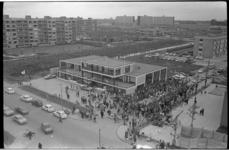 20947-4-1 Veel publieke belangstelling bij de feestelijke opening van een BP bezinestation op de hoek van de Hendrick ...