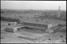 21013-7-7 Het Gezondheidscentrum Hoogvliet, Middenbaan Noord 47-57, van architect ir. C. Veerling in afbouw. Achter het ...