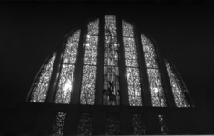 21028-6-44 Het door vandalisme beschadigde glas-in-loodraam van de kerk Het Nieuwe Verbond aan de Jagerslaan 9.