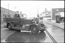 21041-7-7 Een van de Ahrens-Fox brandweerauto's die al 40 jaar dienst doen bij de brandweer op de kade in Hoek van ...