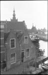 21042-7-41 Het Schouwgat, gezien vanaf de Lagebrug, met een rij historische panden aan de Rotterdamse Schie, vlak ...