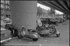 21063-4-39 Vrij geparkeerde scooters en fietsen op de parkeerstrook onder het metroviaduct op de Mijnsherenlaan.