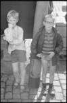 21088-4-37 Twee jongetjes, waarvan er een twee flessen van het giftige parathion en 24 blikken hondevoer in de ...