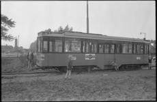 21103-7-24 De vierasser motorwagen nr. 542 maakt een proefrit in Schiebroek. De tram rijdt op de Meidoornsingel en ...