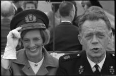 21115-5-14 De directeur van de Rotterdamse Brandweer, ir. R. Dijkshoorn (rechts) op vliegveld Zestienhoven. Naast ir. ...