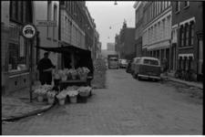 21299-3-32 Gezien vanuit de Oude Binnenweg de Mauritsstraat met links stomerij Palthe en de bekende bloemenman naast ...