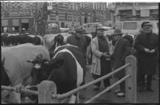 21313-1-4 Onderhandelende boeren op de 99ste Paasveetentoonstelling.