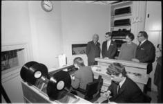 21317-5-11 De nieuwe studio van de ziekenomroep RANO in Dijkzigt-ziekenhuis wordt geopend door mr. J. Klaasesz (links). ...